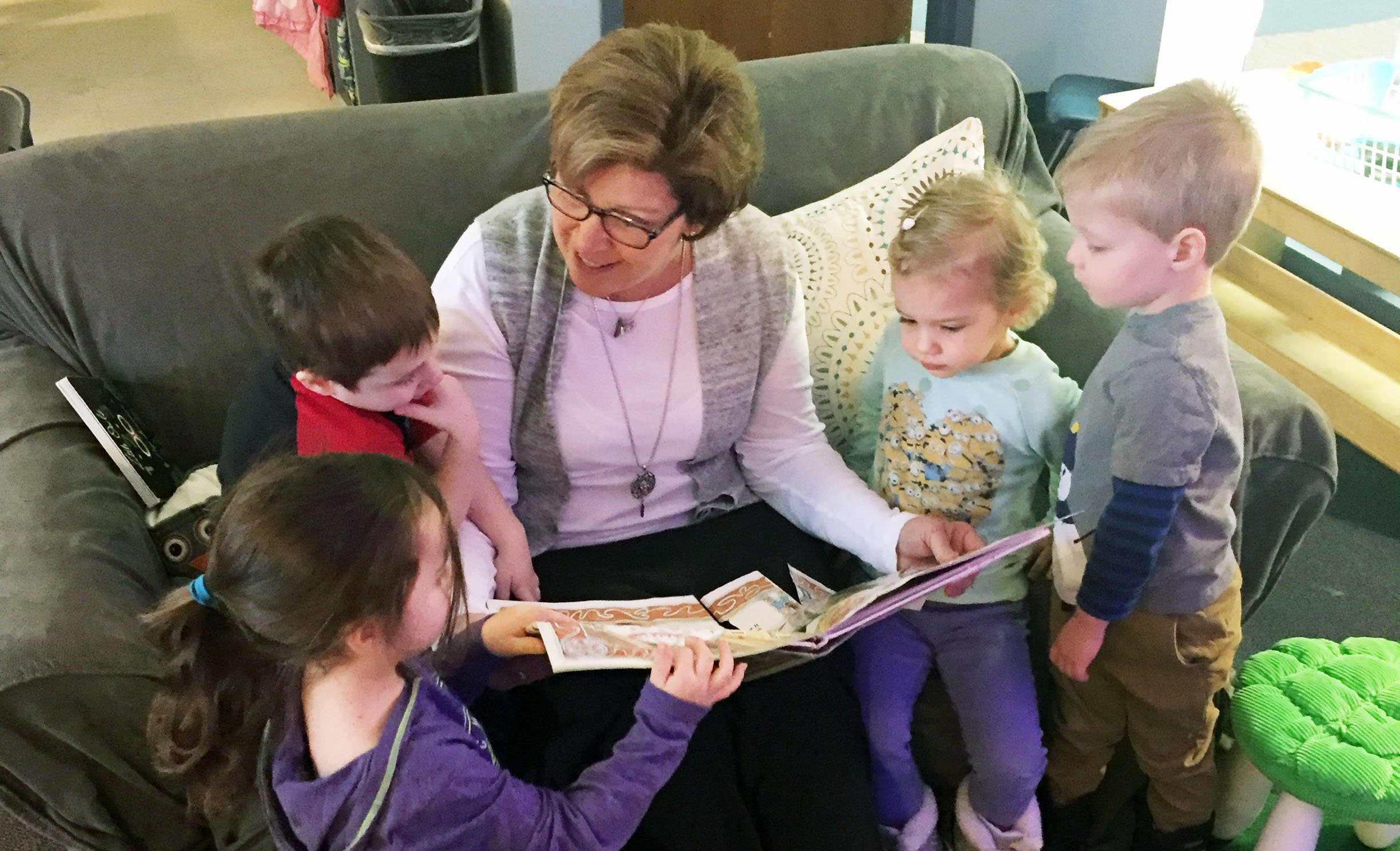 Image of teacher reading to preschoolers